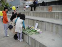 下石井公園で献花